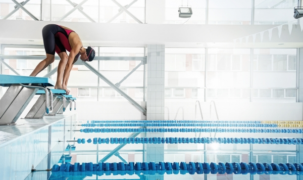 Woman swimmer in a starting position