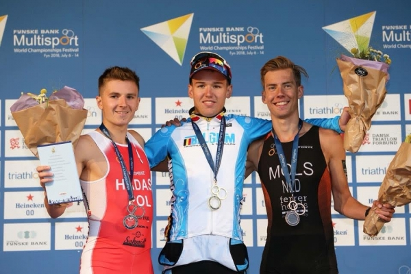 Arnaud Dely sur le podium des Europe de duathlon (crédit photo ITU).